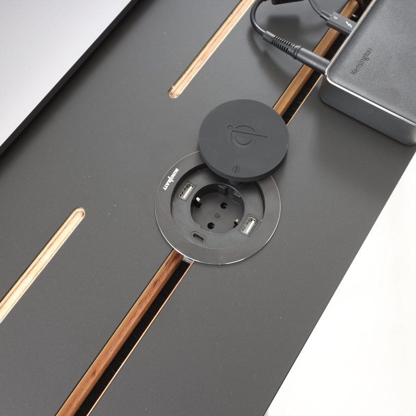 Conform desk - značajka - opcionalni uložak s utičnicom, USB punjačima i bežičnim punjačem