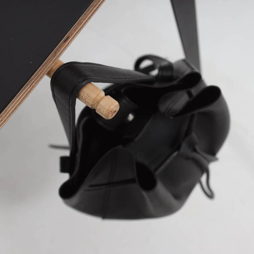 Conform Desk kao besplatnu opciju ima izvlačne klinove za vješanje torbi
