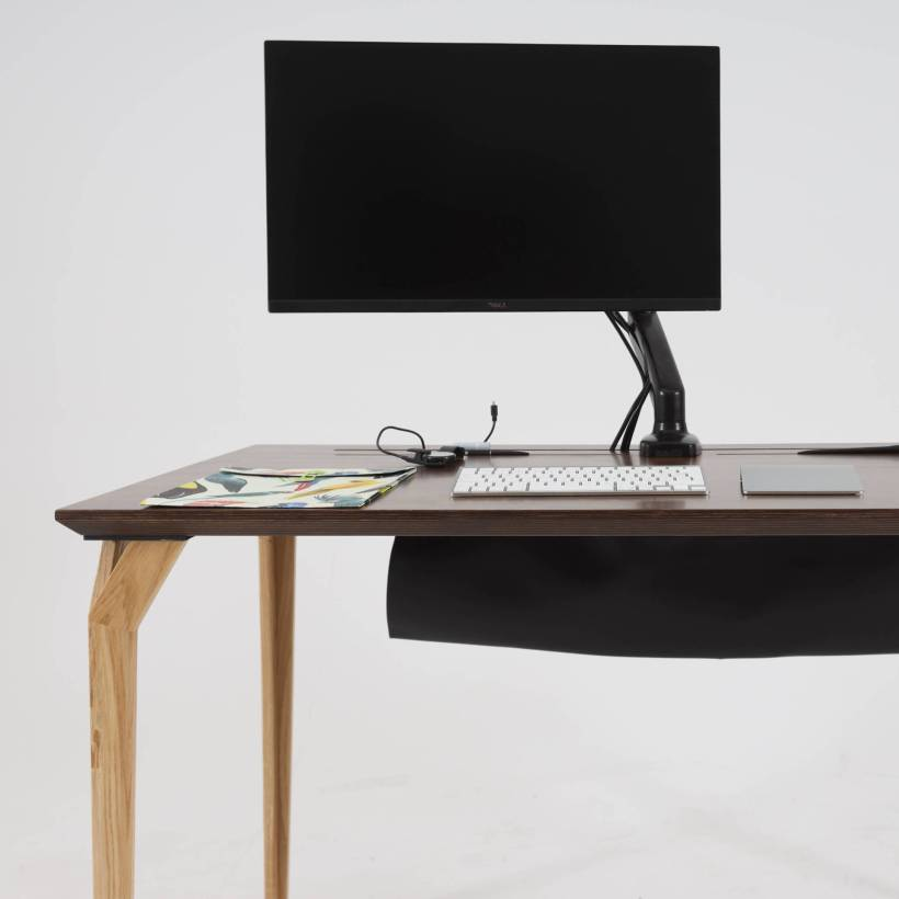 Conform Desk - cables neatly stored in the optional pouch