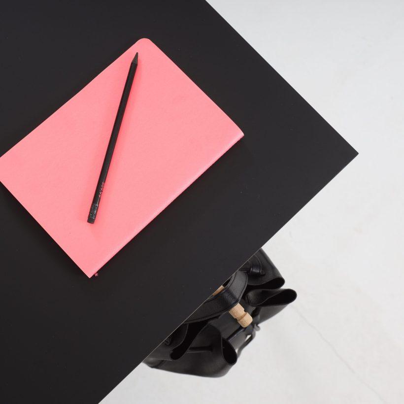 Površina radnog stola Conform Desk s rozom bilježnicom i izvlačnom kukom za torbu