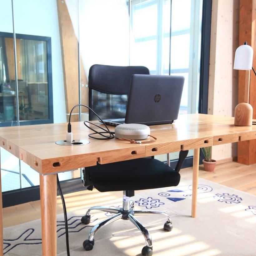 Modularni stol Modular u drvetu u uredskom okruženju