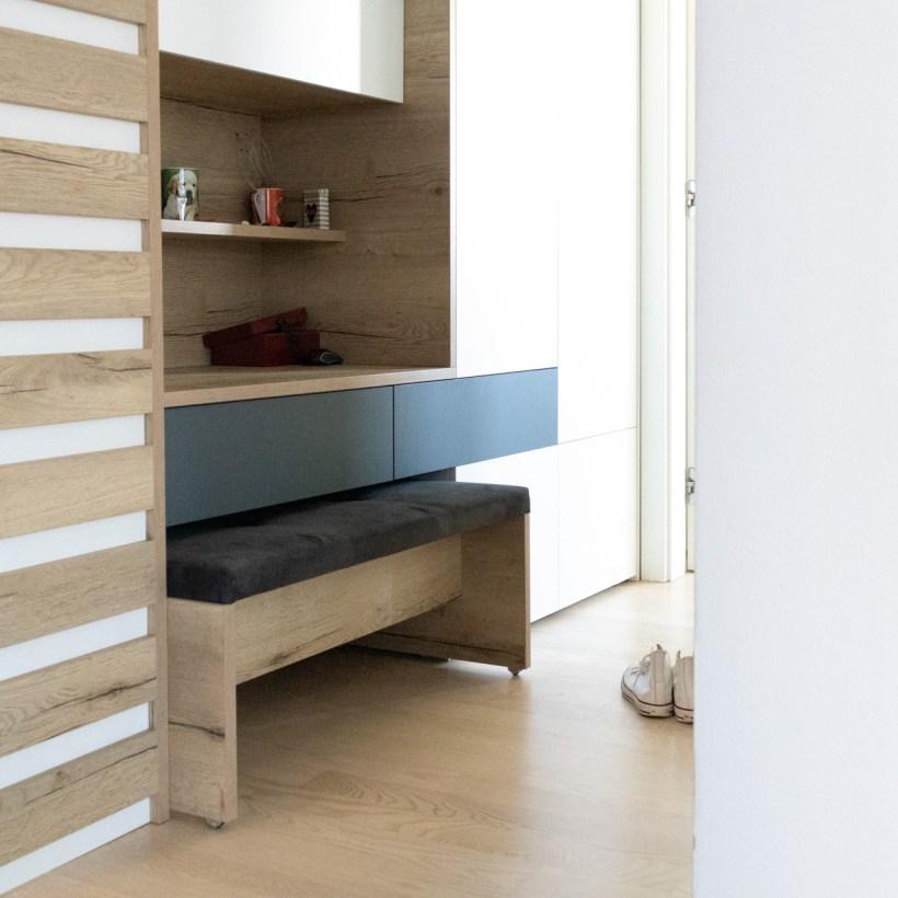 Ugradbeni ormar sa izvlačnom sjedalicom u hodniku