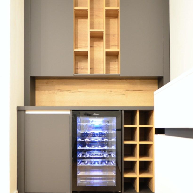 Ormar s policama i frižiderom namijenjen držanju vinskih boca
