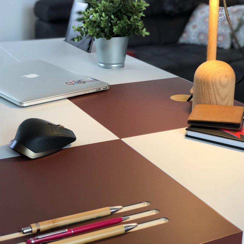 Površina modularnog radnog stola Modular u kombinaciji crvenog i sivog nanomaterijala