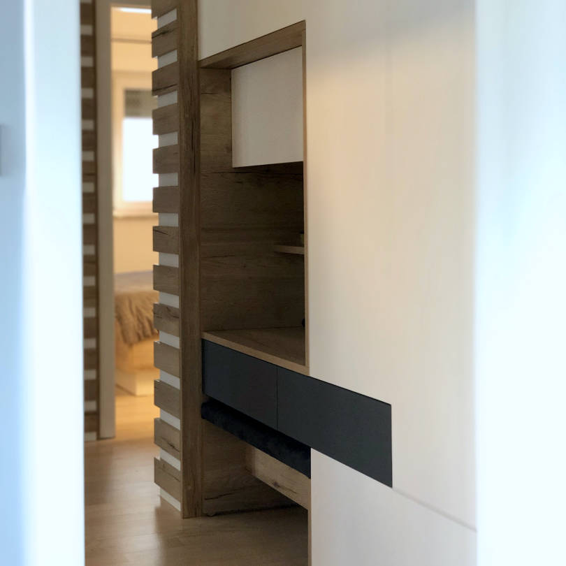 Ugradbeni ormar u hodniku u kombinaciji bijele boje i drva