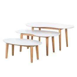 Serie Lindholm steht für skandinavisches Design in seiner schönsten Form. Das zeigt dieses Set von Beistelltischen besonders gut: Skandi-typisch ist der hübsche Farbkontrast von glatter weißer Platte und Beinen aus massivem Eichenholz in warmen Holztönen. Verspielt und organisch wirken die Tischplatten