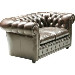 Sofa:Wertige Behaglichkeit in Leder Das klassisch gediegene Sofa Oxford könnte einem englischen Adelshaus entstammen. Sein vornehmer Stil und seine wertige Verarbeitung in echtem Leder unterstreichen den edlen Charakter dieses Möbels. Eleganz mit komfortabler Sitzbehaglichkeit