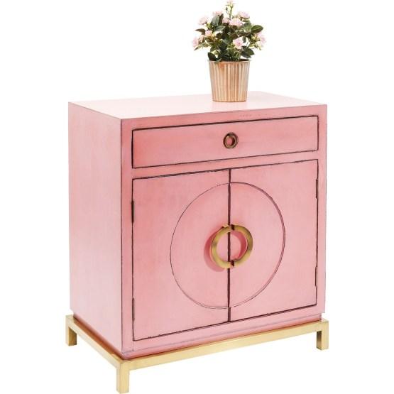 Ansprechend wie eine Pralinenschachtel wirkt diese kompakte Kommode im Shabby Chic. Die Beine und die kreisrunden Griffe aus verkupferten Metall bilden einen hübschen Kontrast zu dem rosafarbenen Lack. Praktisch ist die Aufteilung des Stauraums in eine Schublade und zwei geschlossene Fächer. Das ideale Schränkchen für kleine Dielen oder Leseecken.