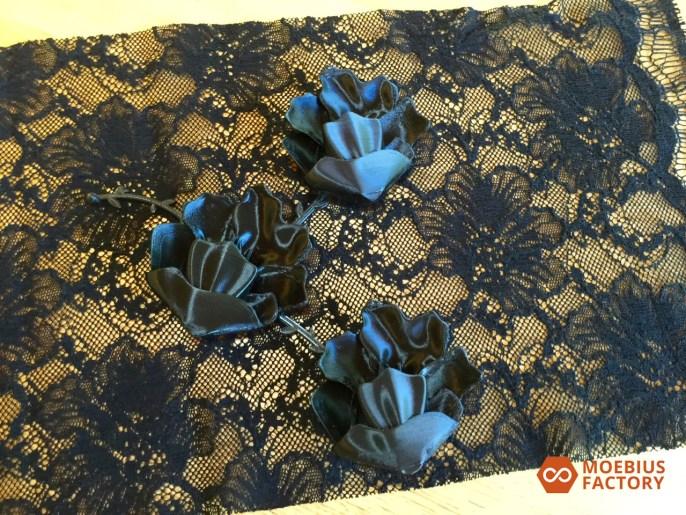Photo des prototypes de fleurs imprimées en 3D sur dentelle