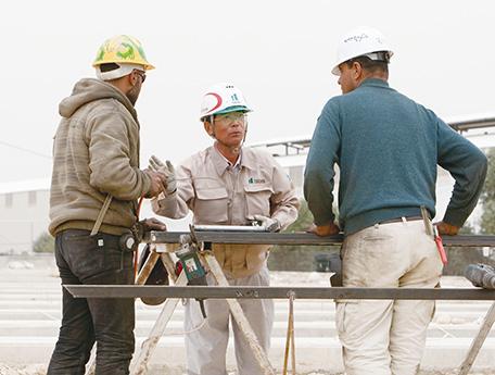 現地作業員を指導する日本のサブコントラクターの現場責任者(写真:久野真一/JICA)