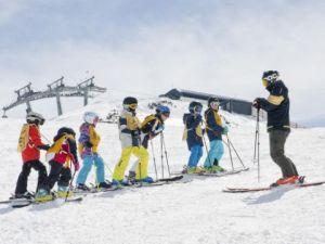 Skilehrer im Gruppenkinderkurs