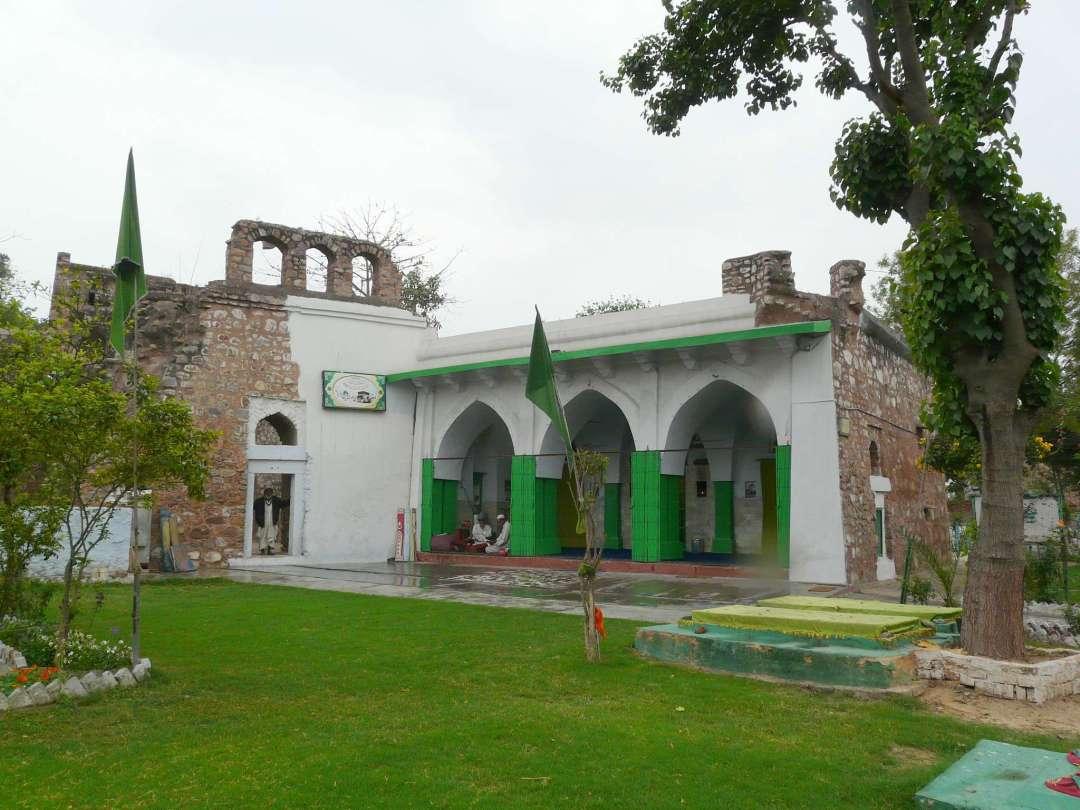 নিজামুদ্দিন আউলিয়ার চিল্লা, নিজামুদ্দিন আউলিয়ার বাসস্থান, হুমায়ুন এর সমাধির উত্তর-পুর্ব দিকে