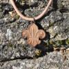 Colgante de flor de lis de madera