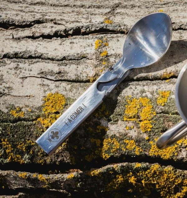 Cubiertos de acero inoxidable. Tenedor, cuchara, cuchillo y un cajín para guárdalo con abrelatas.