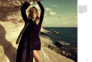 Шуба из стриженой норки, Avanti Furs, бутик Avanti Furs; платье, Philipp Plein, бутик First; серьги, серебро и полудрагоценные камни, бутик Aquamarine Jewellery.