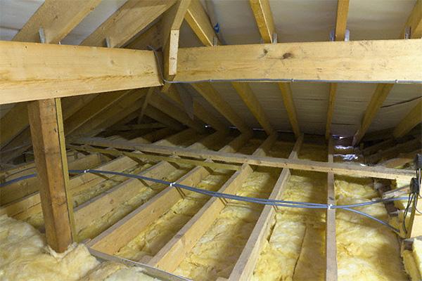 Особенности утепления деревянных потолков