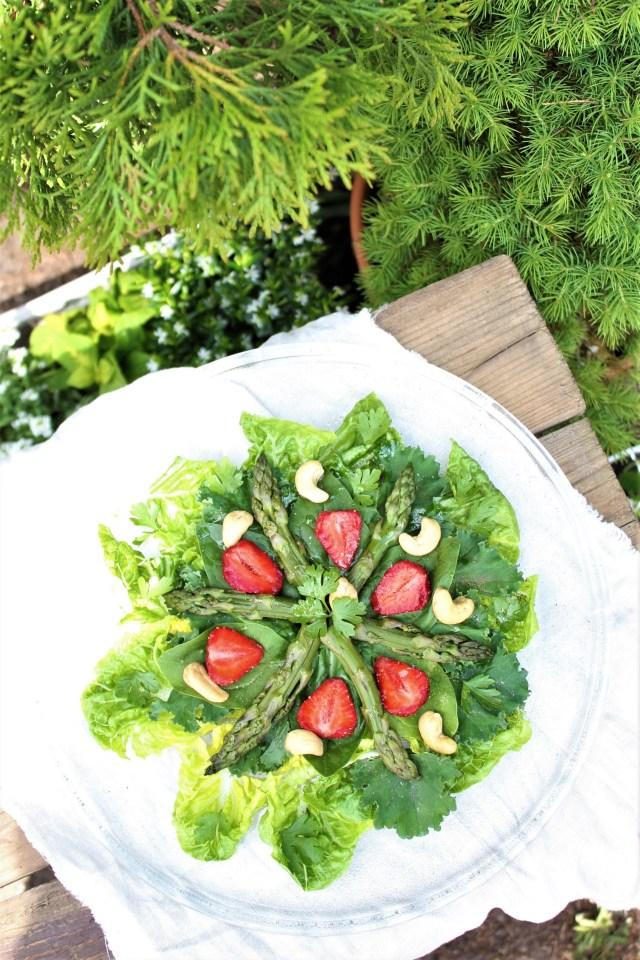 Mix sałat z truskawkami i zielonymi szparagami