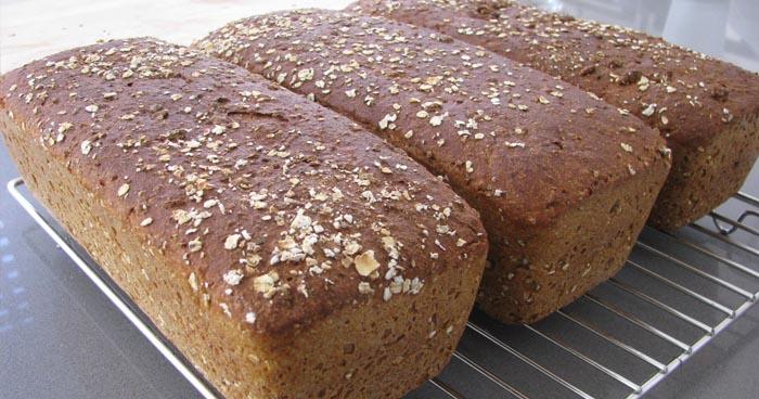 Krásny chlebík upečený v domácej pekárni.