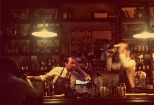 Top 5 Bars in Vilnius. Bartender in der Apoteka Cocktail-Bar in Vilnius