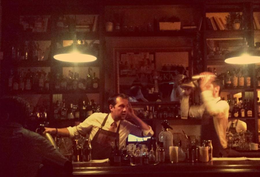 Bartender in der Apoteka Cocktail-Bar in Vilnius