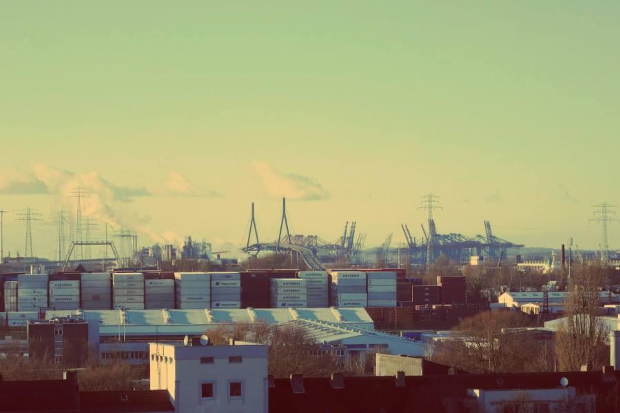 Blick vom Energiebunker in Wilhelmsburg auf Hamburg City mit Containern und Köhlbrandbrücke