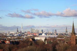 Blick vom Energiebunker in Hamburg Wilhelmsburg auf Elbphilharmonie und Michel