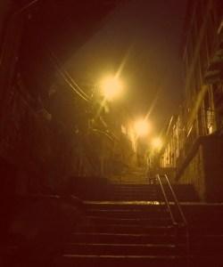 Wie bei Harry Potter: Winkelgasse im Ribeira Viertel in Porto, Portugal bei Nebel