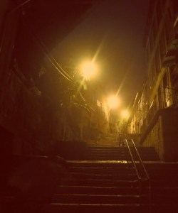Porto individuell. Wie bei Harry Potter: Winkelgasse im Ribeira Viertel in Porto, Portugal bei Nebel