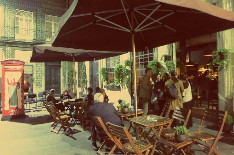 Nächtliche Barszene vor dem Cafe Candelabro in Porto, Portugal