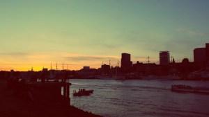 Hamburg Wilhelmsburg: Die Elbe in Hamburg bei Sonnenuntergang von der Südseite aus