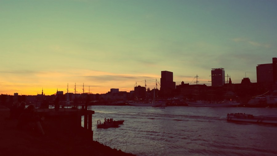 Die Elbe in Hamburg bei Sonnenuntergang von der Südseite aus