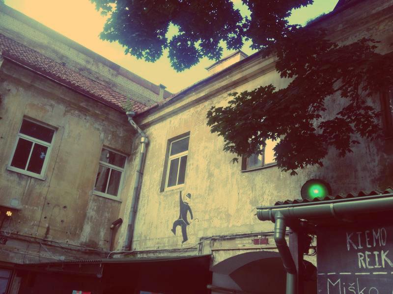 Bunter innenhof in Vilnius im Sommer