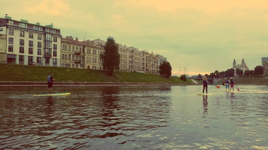 SUP mitten in Vilnius Altstadt im Sommer
