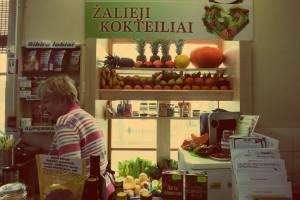 Vilnius in Litauen. Sviezios Sultys: Frisch gepresster Saft im Hales Turgus Markt in Vinius