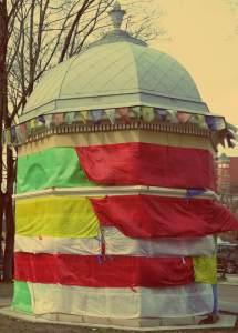 Uzupis in Vilnius - Turm mit tibetischen Gebetsfahnen