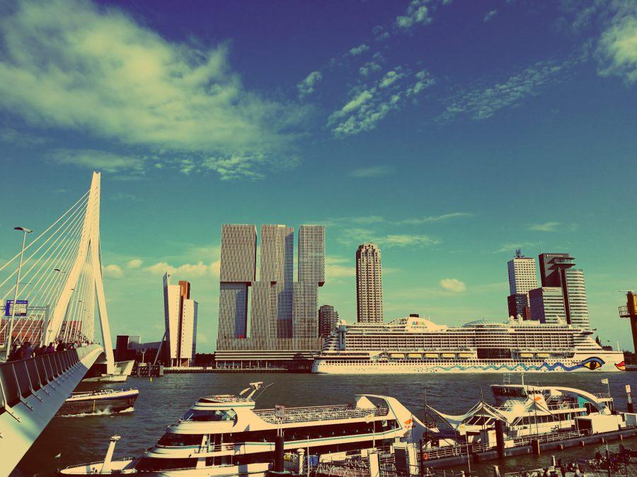 Katendrecht in Rotterdam entdecken. Die Erasmusbrücke mit Blick auf das Kop van Zuid