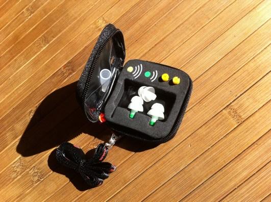 Die Existenz eines Etuis fanden viele überproportional toll. Es ist aufgebaut wie eine Fototasche, mit Schaumstoff zum die Sachen festklemmen.