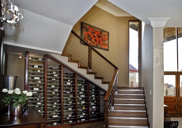 kako-iskoristiti-prostor-ispod-stepenica-regali-za-vino-31