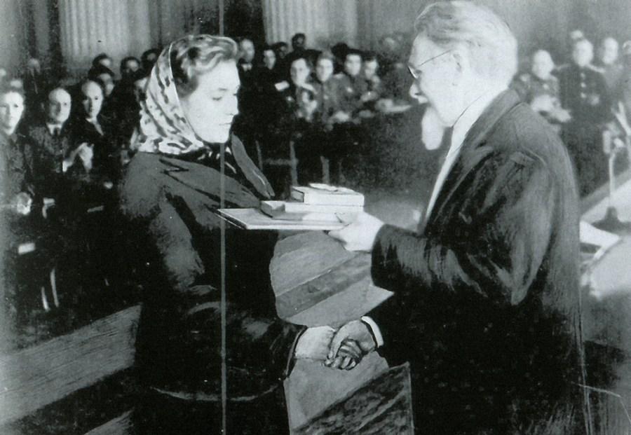 М.И. Калинин вручает правительственную награду А.И. Масловской
