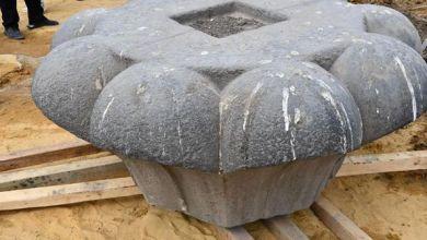 صورة –  بدء مشروع ترميم و تركيب و إعادة رفع العمود الأثري الموجود بسراي القبة