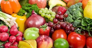 صورة طرح كميات كبيرة من الخضروات والفاكهة، بمنافذ المجمعات الاستهلاكية