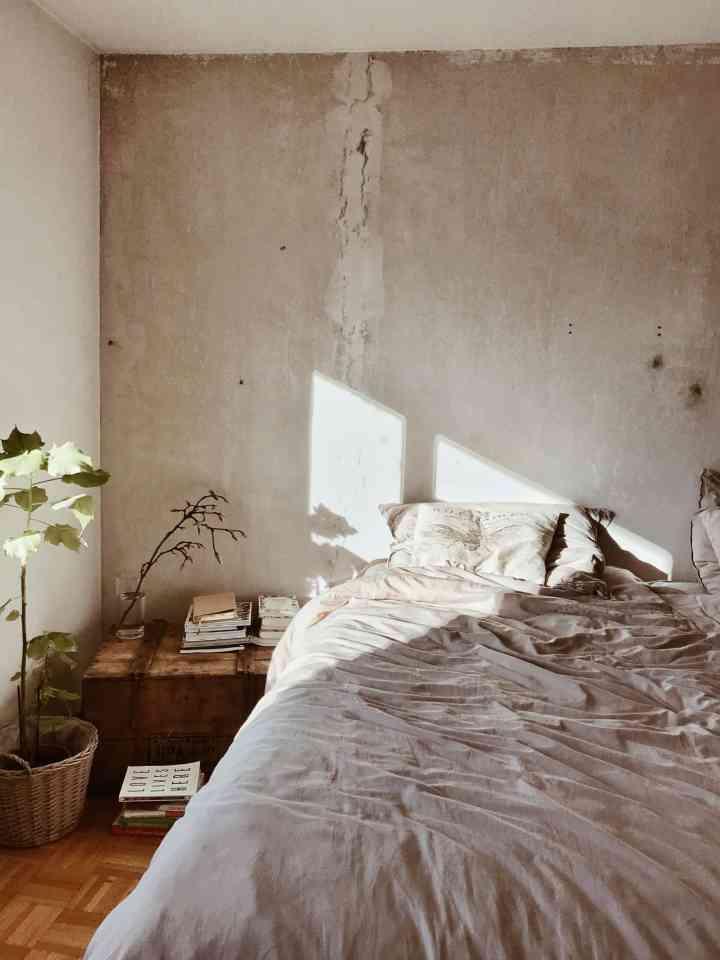momambition woonblog In 5 stappen naar een vernieuwend, industrieel interieur industriele lamp industriele muur beton muur
