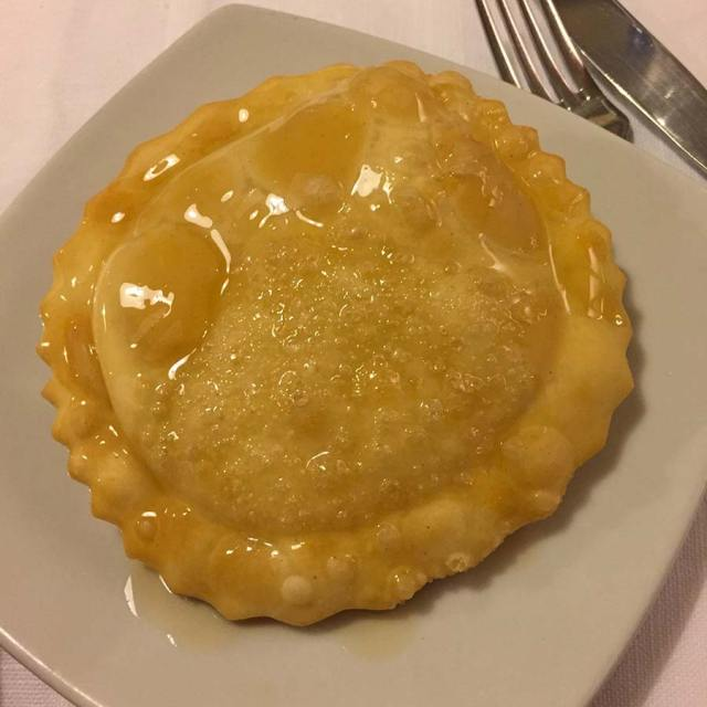 Seadas o Sebadas, tipico dolce sardo ricoperto di miele Il Pavone Alghero