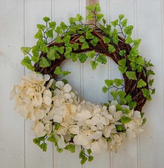 ghirlanda-fiori-bianchi-e-foglie-ghirlandiamo