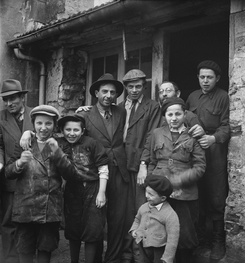 20_RomanVishniac-Survivors-outside-matzoh-factory