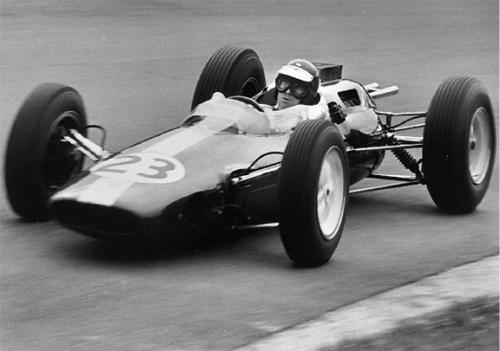 Jim Clark a bordo del innovador Lotus 25.