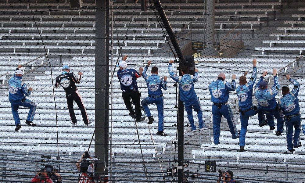 Harvick y sus mecánicos colgados de la valla en Indianápolis