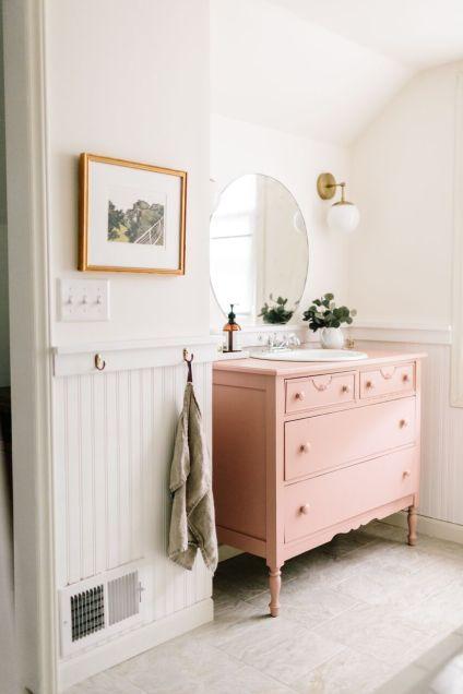 Mueble antiguo reciclado para baño color rosado