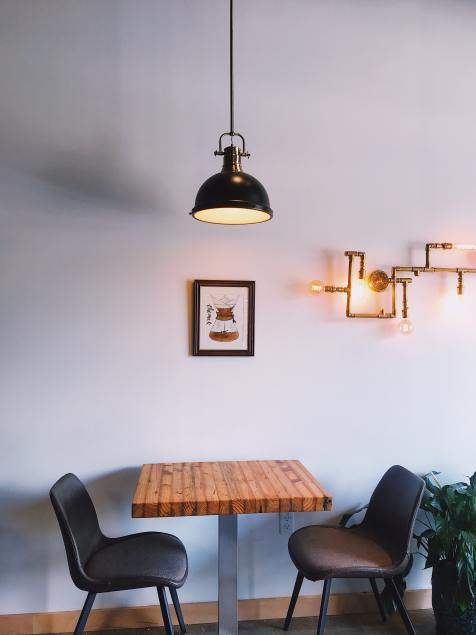 Luminaria industrial en comedor