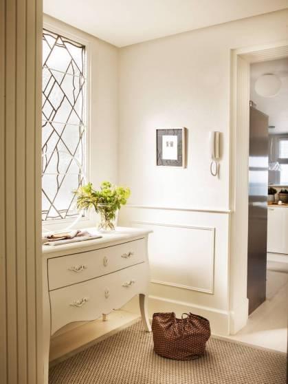 Comoda isabelina restaurada en blanco sobre recepción de color blanco